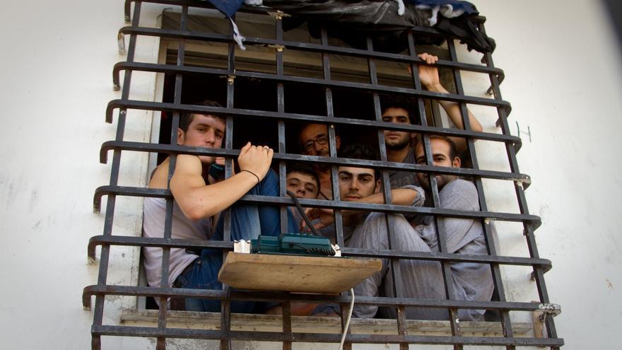 Inmigrantes detenidos en Tychero, Evros, Grecia, a dos kilómetros de la frontera de Turquía. Copy: Bradley Secker / Demotix