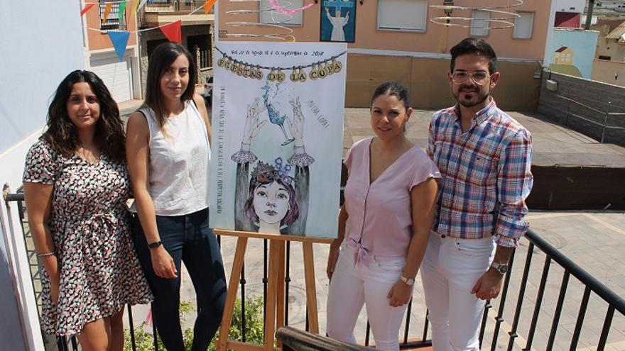 El concejal y la pedánea junto a la autora y un miembro de la Comisión de Fiestas posando con el cartel