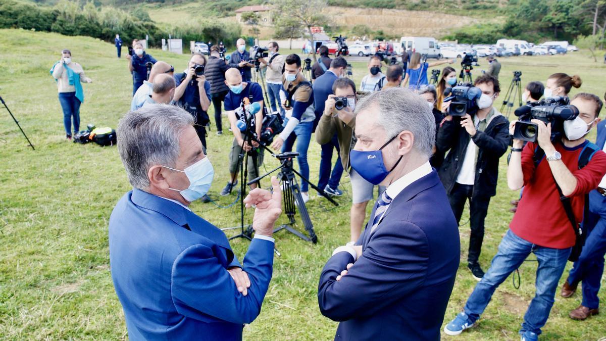 Revilla y Urkullu rodeados de cámaras en el encuentro celebrado en Kobaron el pasado verano. | LARA REVILLA