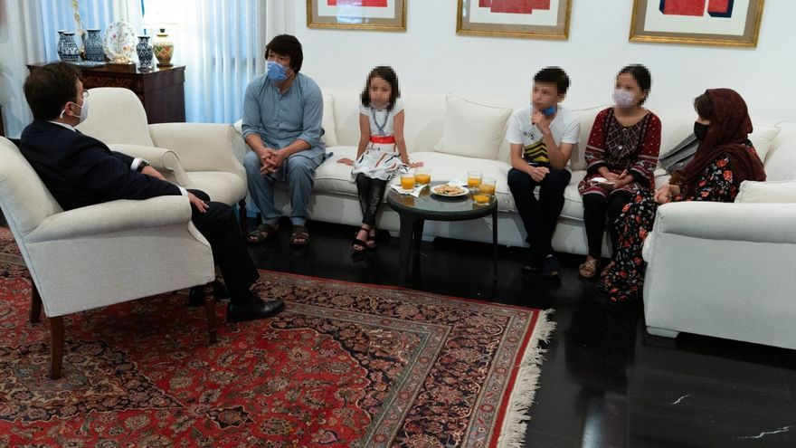 El ministro de Asuntos Exteriores, José Manuel Albares, junto a un traductor afgano y su familia en Islamabad