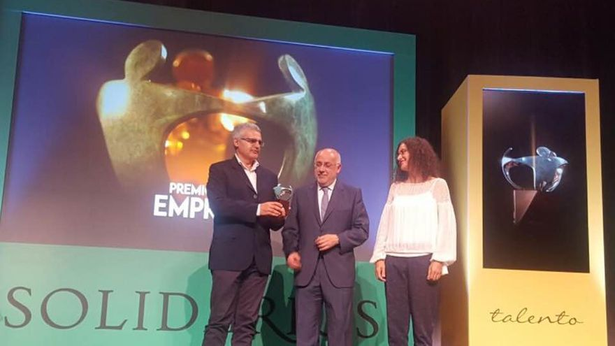 Eduardo Calderón (i) recibe el premio de Antonio Morales.