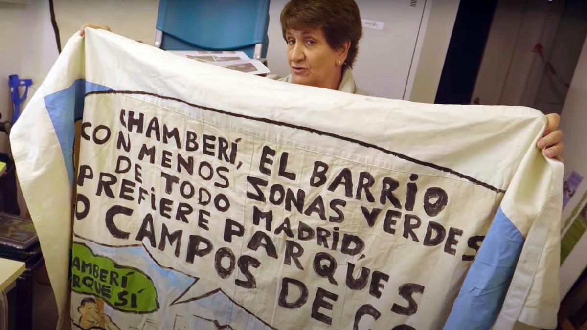 """Mercedes Arce """"Chiqui"""" con una de las pancartas de Parque Sí, en un momento del documental"""