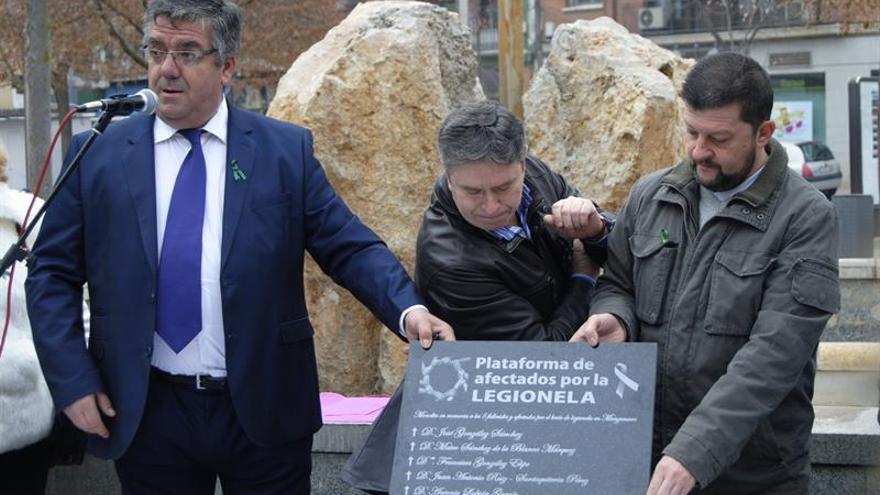 Recuerdan con silencio y farolillos a los muertos por legionela en Manzanares