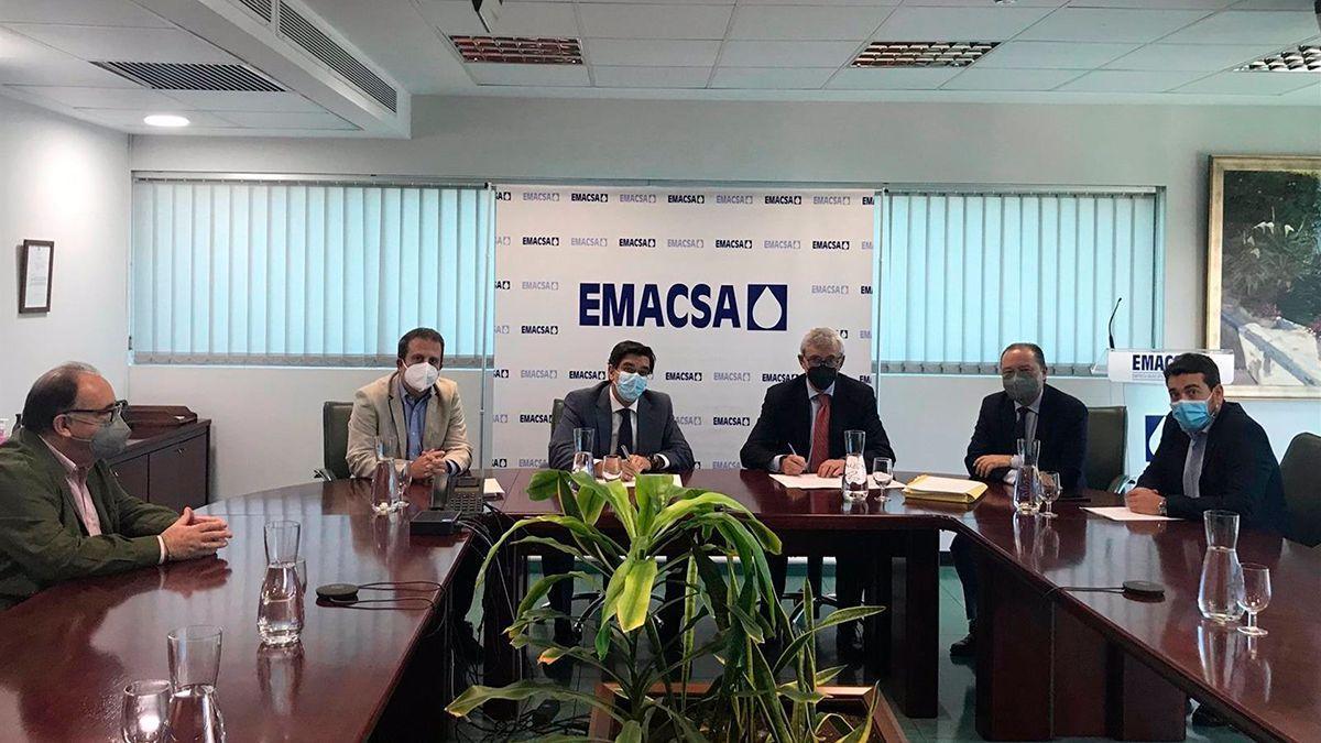 Firma del acuerdo en la sede de Emacsa.