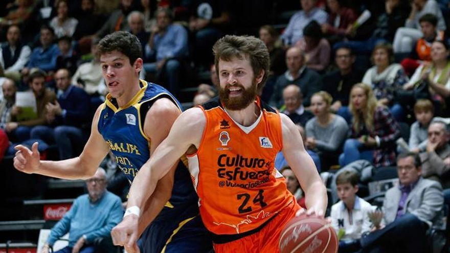 El ala-pívot estadounidense del Valencia Basket John Shurna (d) avanza junto al escolta del Herbalife Gran Canaria Oriol Paulí (i), durante el partido de la octava jornada de la Liga ACB en el Pabellón Fuente de San Luis. EFE/Juan Carlos Cárdenas