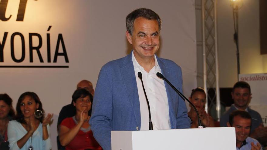 El expresidente del Gobierno, José Luis Rodríguez Zapatero, durante el mitin celebrado en Arrecife.