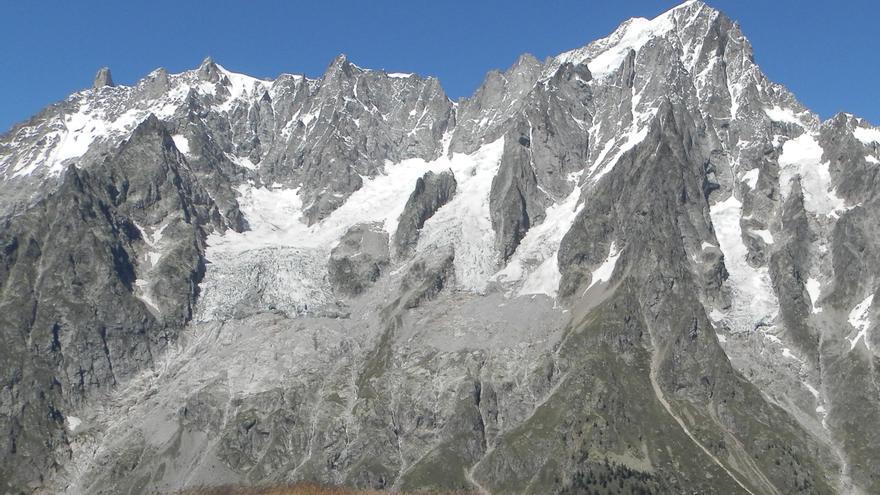 Pendiente sur de Grandes Jorasses, con el glaciar Planpincieux a la izquierda.