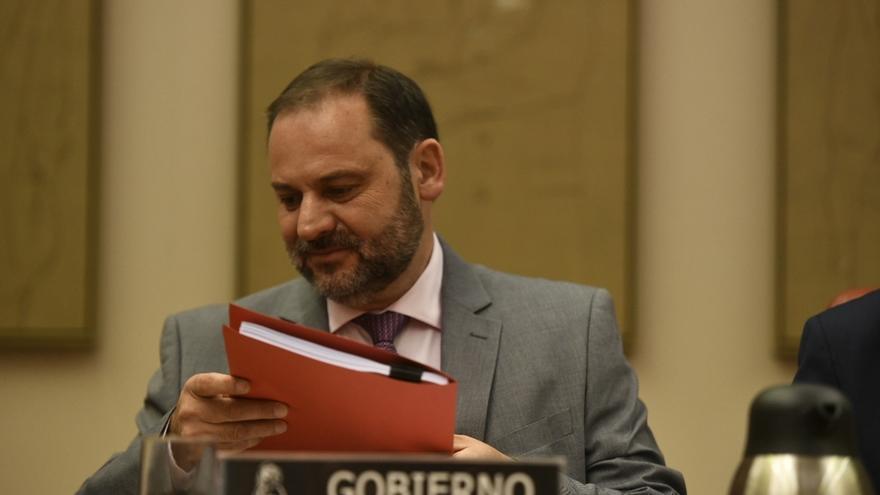 Ábalos dará cuenta en el Congreso de los avances en la negociación con el taxi y las VTC