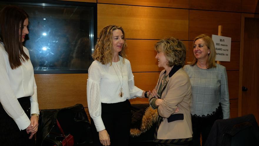La ministra Carcedo saluda a la consejera Alicia García en el inicio del Consejo Territorial.