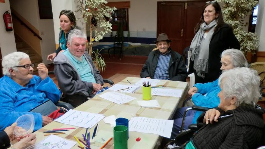 En la imagen, participantes en los talleres de estimulación cognitiva.