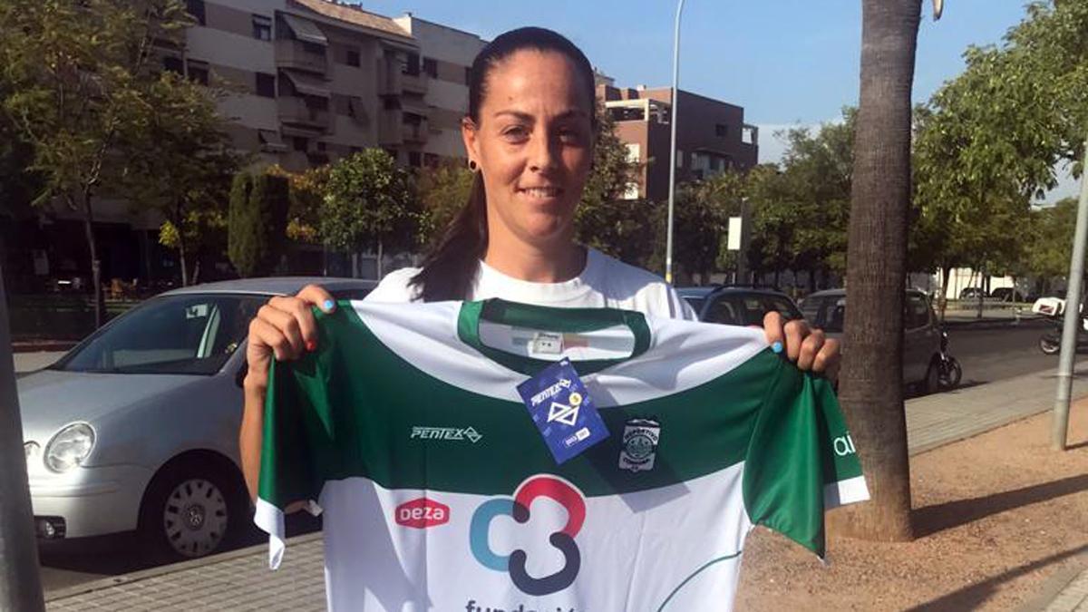 María Uceda posa con la camiseta del Deportivo Córdoba