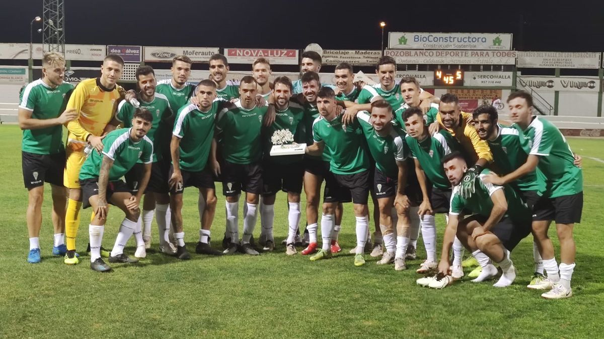 Los jugadores del Córdoba, con el Trofeo Ciudad de Pozoblanco