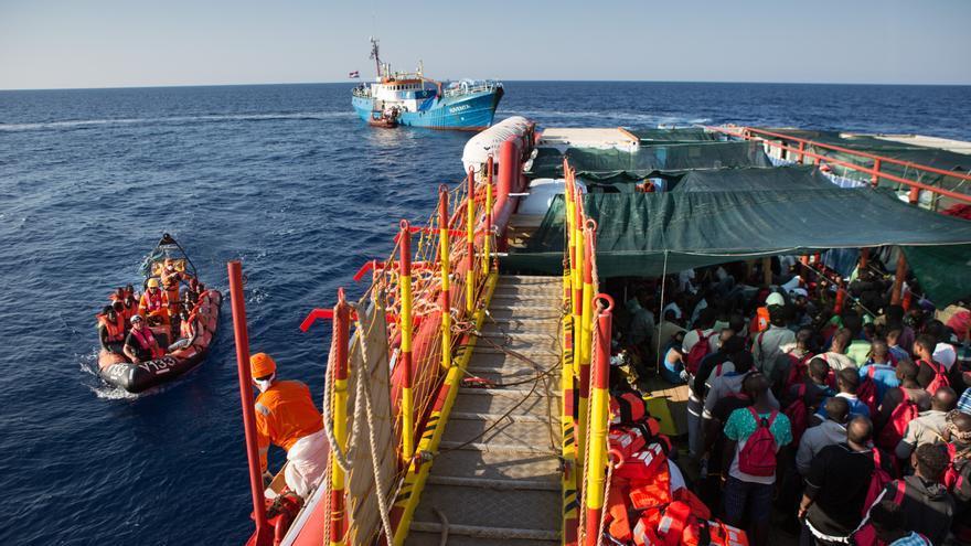 Las lanchas neumáticas continúan trayendo migrantes y refugiados a bordo del buque de salvamento Vos Hestia. | Foto: Hanna Adcock/Save the Children.