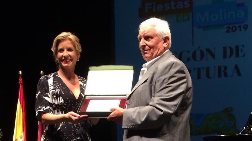 Esther Clavero, alcaldesa del PSOE de Molina de Segura, entrega la insignia de oro del municipio a Pedro Gomariz tras su pregón racista y xenófobo
