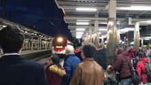 Usuarios esperan un tren de Cercanías en la Estació del Nord de València