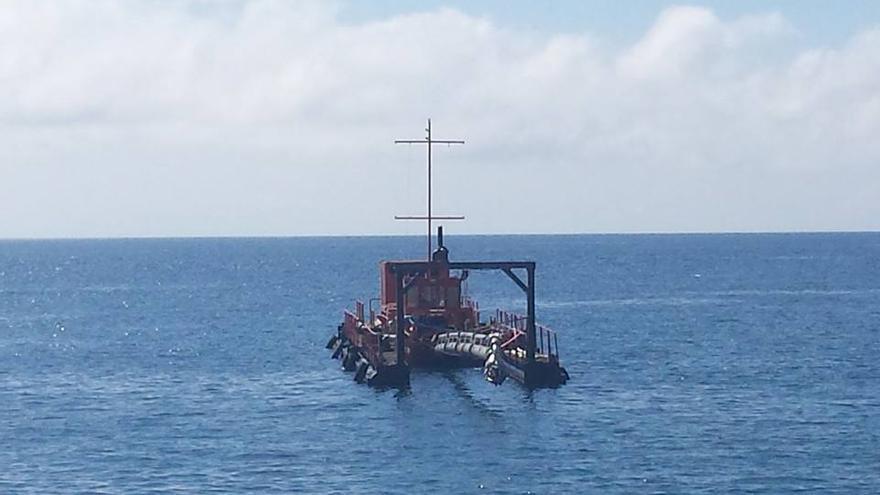 En la imagen, la pontona Mudocc II, este viernes,  frente a la costa de la capital. Foto: José Tomás Rodríguez de Paz.
