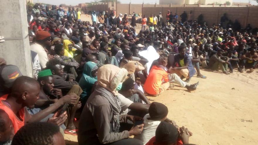Sentada de refugiados sudaneses frente a las oficinas de ACNUR en Agadez (Níger)