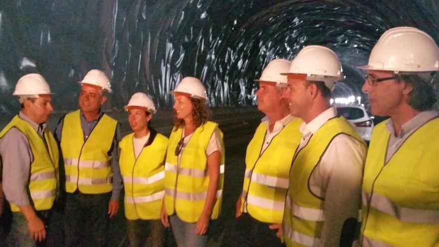 Visita de miembros del PSOE a la carretera de La Aldea