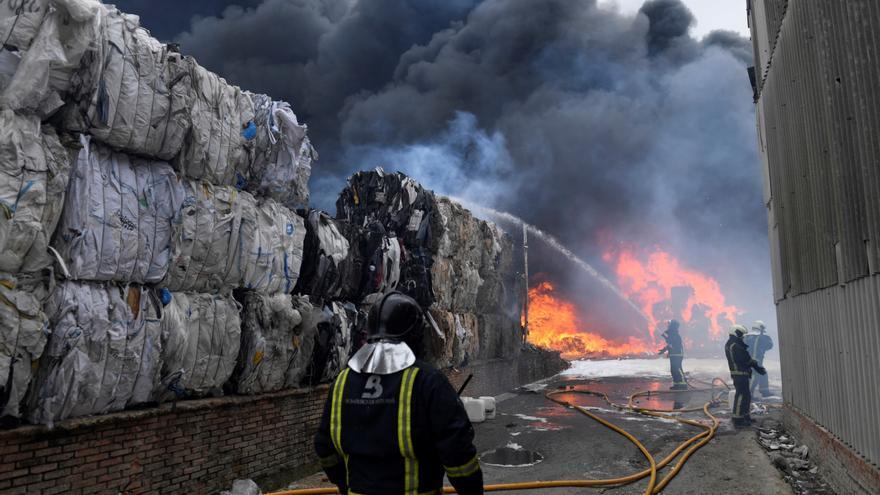 Fuego en la planta de reciclaje causa una gran columna de humo en Llanera (Asturias)