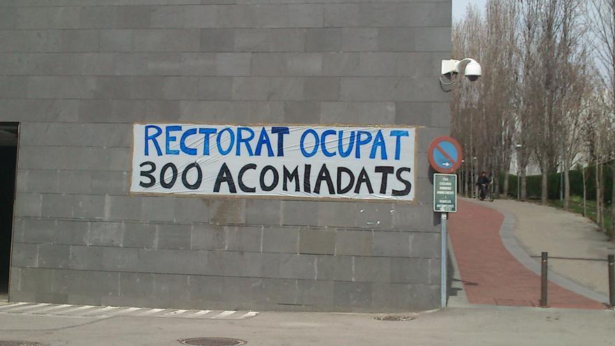Una cinquantena d'interins porten gairebé una setmana tancats al rectorat de la UPC per protestar contra els acomiadaments.