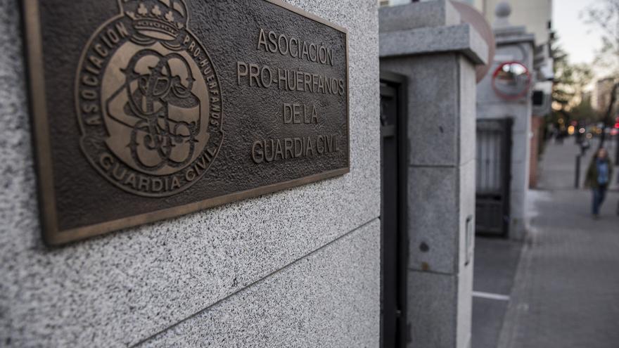 Entrada de la sede de Asociación Pro-Huérfanos de la Guardia Civil, situada en el distrito de Chamartín. / Olmo Calvo