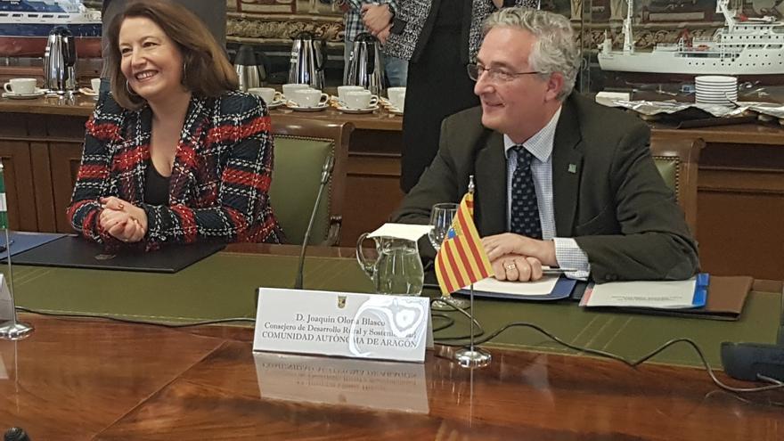A la derecha, el consejero de Desarrollo Rural del Gobierno de Aragón, Joaquín Olona