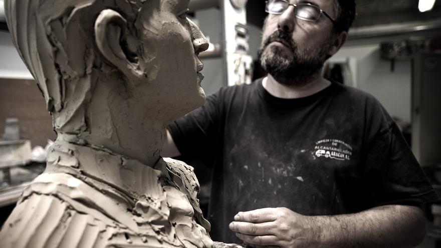 Claudio, escultor y ceramista, dando unos retoques al busto del torero Fandiño.