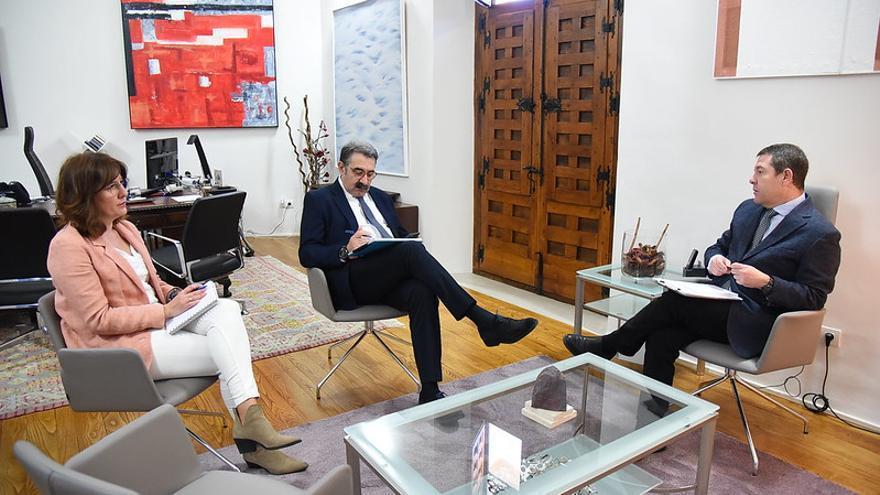 El consejero de Sanidad (en el centro), junto al presidente de Castilla-La Mancha y la consejera portavoz