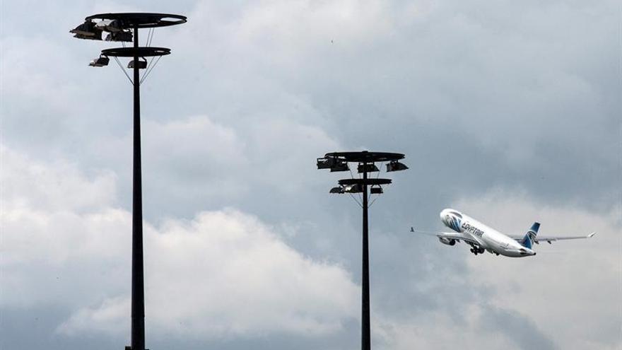 Los equipos de rescate localizan los restos del avión de Egyptair en el sureste de Creta