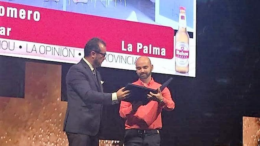 Imagen de archivo de  Serafín Romero (d) recogiendo un galardón para el Cinnamon Bar en los III Premios de Gastronomía de Canarias.