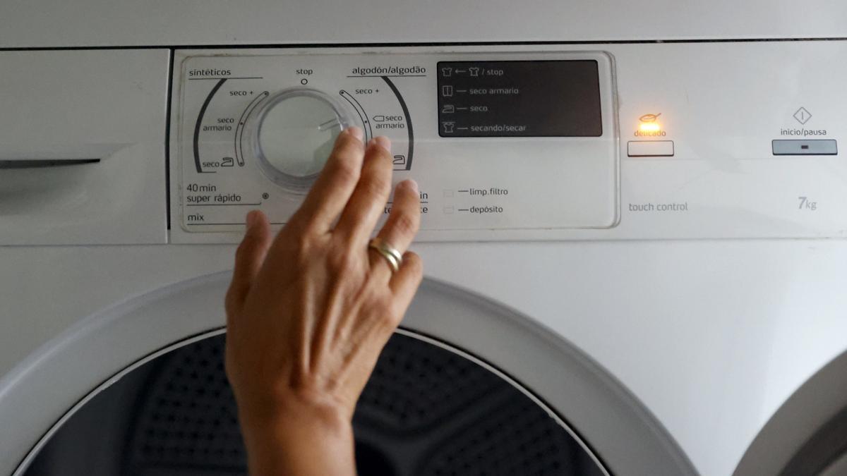 Una secadora de ropa se pone en funcionamiento, en una fotografía de archivo. EFE/LUIS TEJIDO