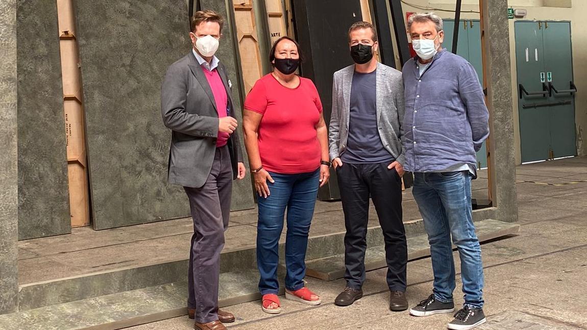 Juan Márquez, Tilman Kuttenkeuler, Dania Dévora y Alfonso Barajas visitan el Edificio Miller donde se está revisando la escenografía de la  producción