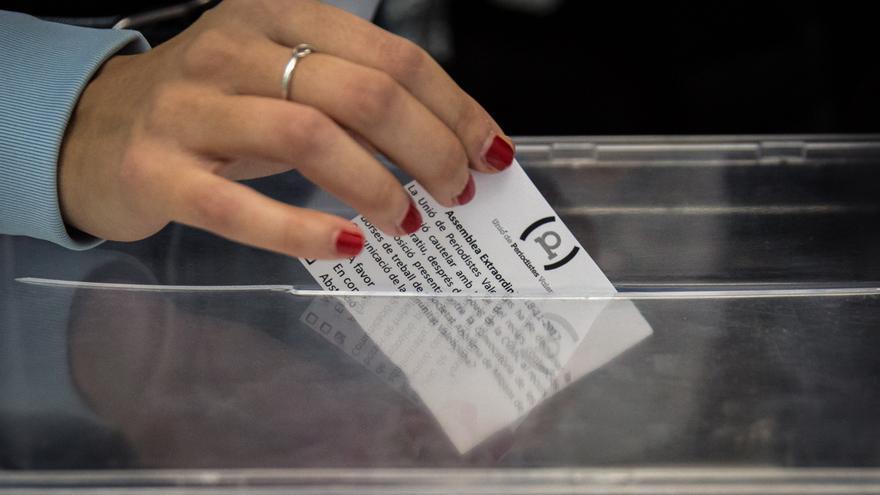 Momento de la votación para pedir la paralización cautelar de las bolsas de À Punt.
