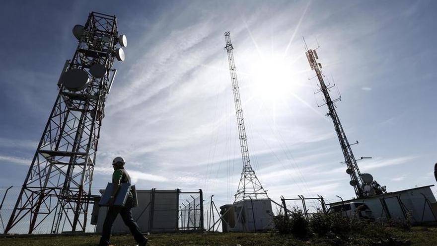 La CNMC revisa las condiciones para que los competidores de Telefónica desplieguen fibra