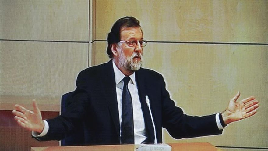 """Sánchez pide a Rajoy que dimita por """"dignidad"""" y Podemos que vaya al Congreso"""