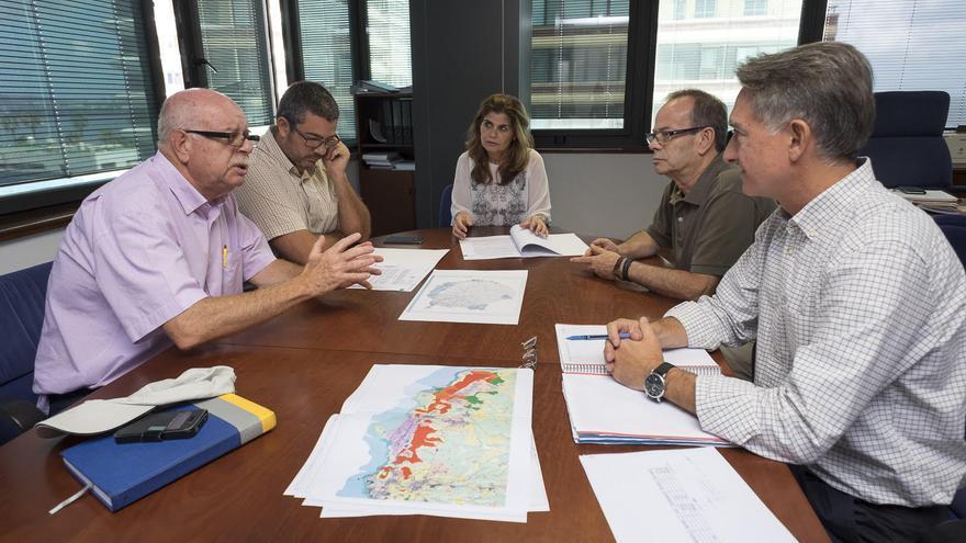 Reunión mantenida por la consejera de Política Territorial de Gran Canaria, Inés Miranda, y el presidente de la Asociación de Energía Eólica de Canarias, Rafael Martel,