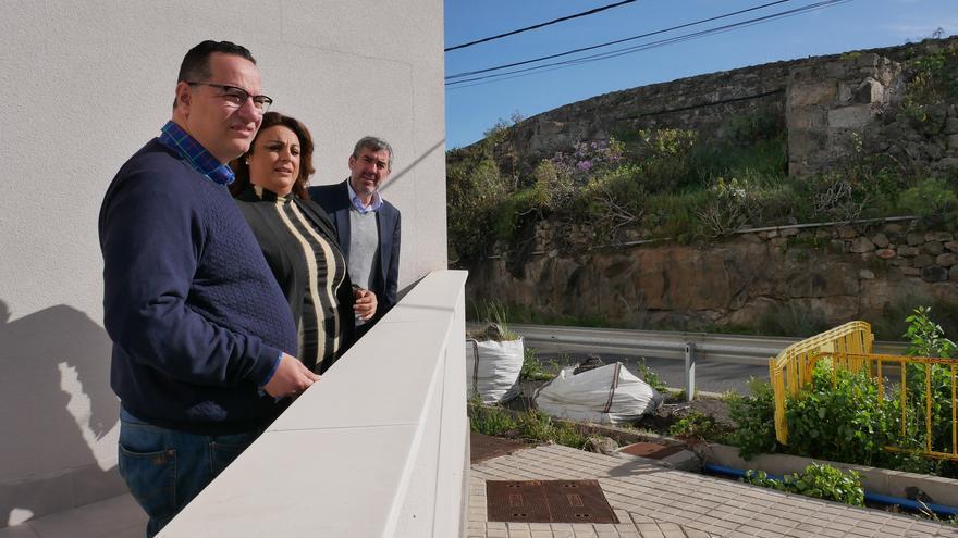 El alcalde de Moya, Hipólito Suárez, la consejera de Vivienda, Cristina Valido y el presidente de Canarias, Fernando Clavijo.