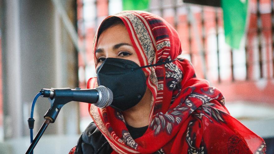 Aichettu Hamma Abdati en una concentración en la Plaza de la Llama de Torrelavega.
