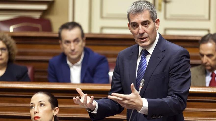 El presidente del Gobierno de Canarias, Fernando Clavijo (d). EFE/Ramón De La Rocha