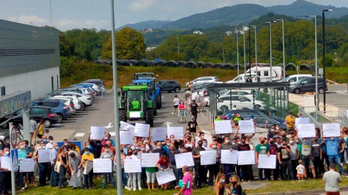 Ganaderos protestan frente a dos supermercados en el barrio de Galarreta, en Hernani