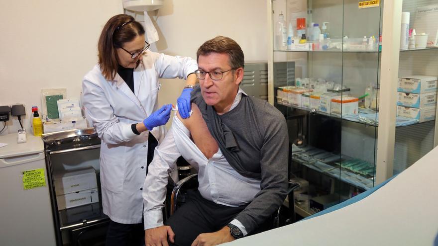 Feijóo, vacunándose contra la gripe