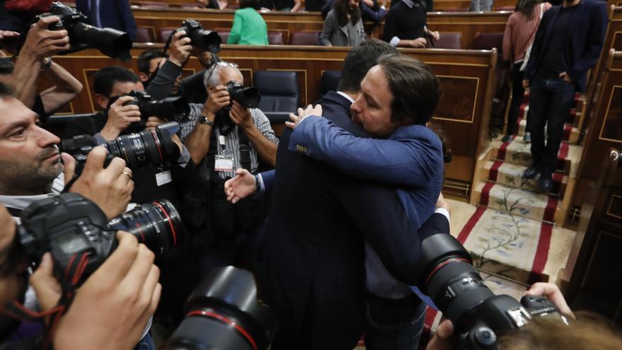 Abrazo de Pedro Sánchez y Pablo Iglesias tras la moción de censura contra Mariano Rajoy.