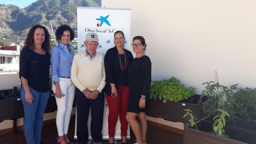 Representantes de La Caixa  y la Fundación Canaria Solidaridad La Palma en la presentación del huerto urbano del proyecto 'Raíces'.