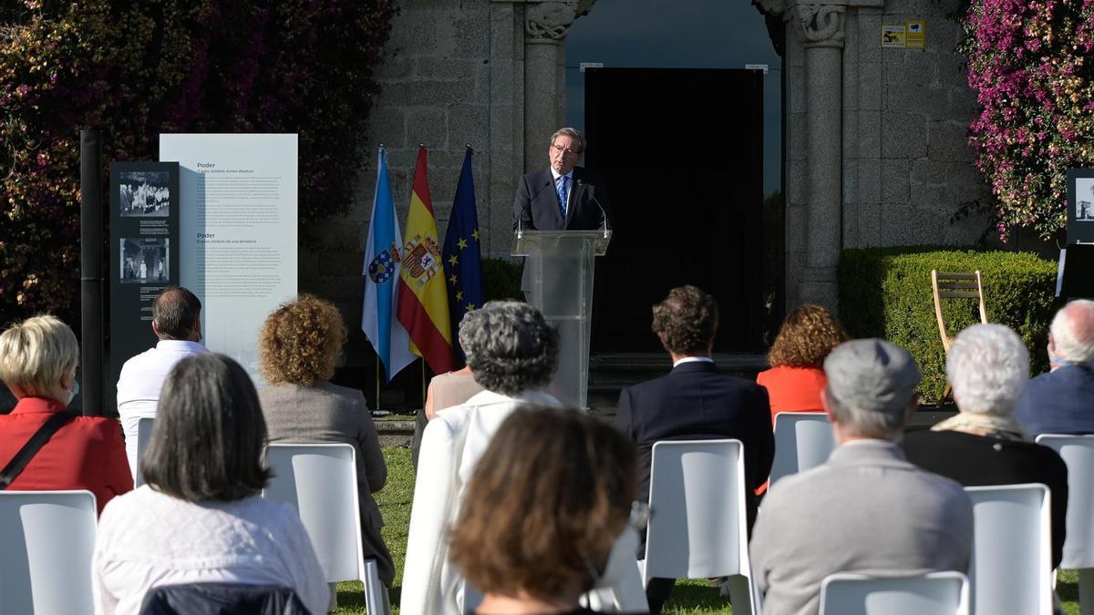 El secretario de Estado de Memoria Democrática, Fernando Martínez, se dirige a los participantes en el homenaje a las víctimas del franquismo en el Pazo de Meirás