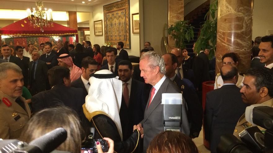 El ministro de Defensa, Pedro Morenés, saluda al embajador de Arabia Saudí en España. / MPB