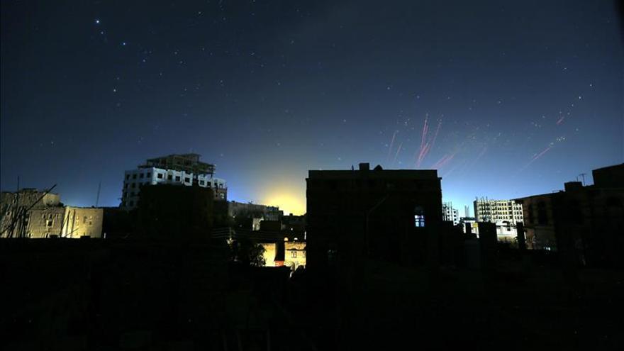 La coalición avisa a los hutíes de que seguirán los bombardeos si violan la tregua en Yemen