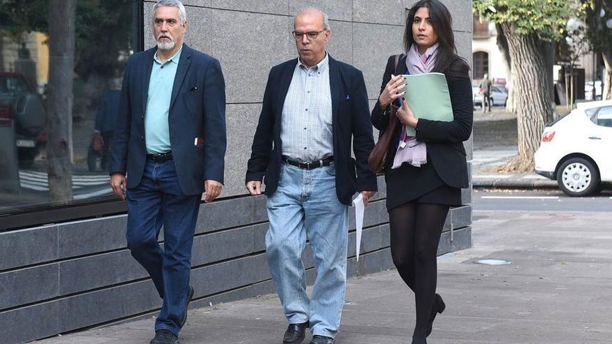 Juan Manuel Castañeda (izquierda), portavoz de CC en La Laguna, junto al concejal investigado Pérez-Godiño