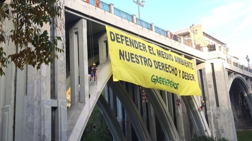 Nueve activistas de Greenpeace se descuelgan del Viaducto de Madrid en una acción protesta./ Greenpeace.