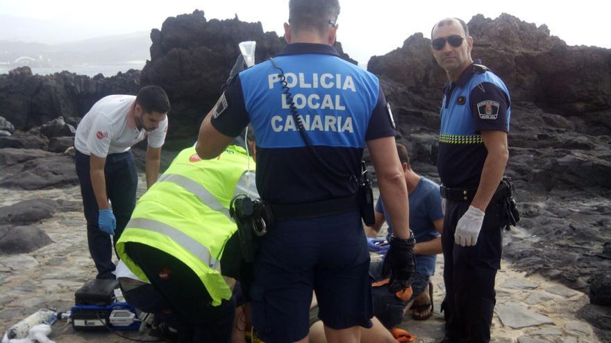 Un hombre, en estado crítico tras sufrir un conato de ahogamiento en la playa de Las Canteras