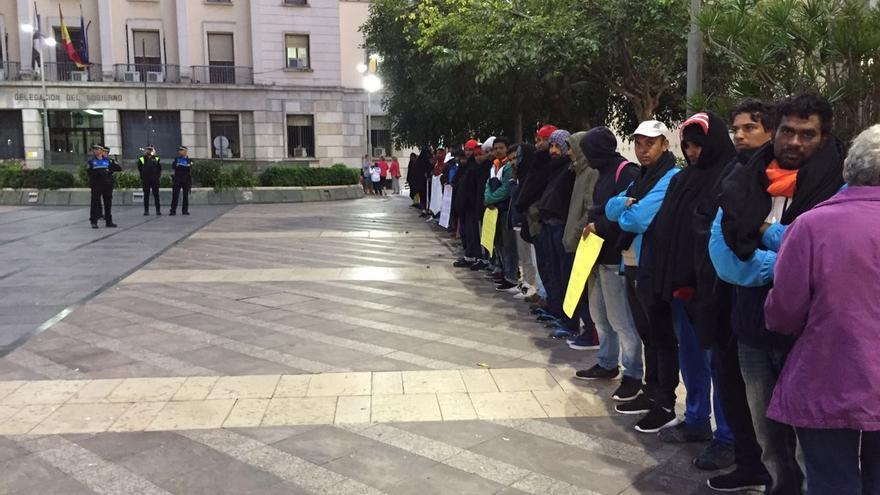 Protesta frente a la Delegación del Gobierno de Ceuta de medio centenar de personas de origen asiático contra el bloqueo en la ciudad   Imagen cedida